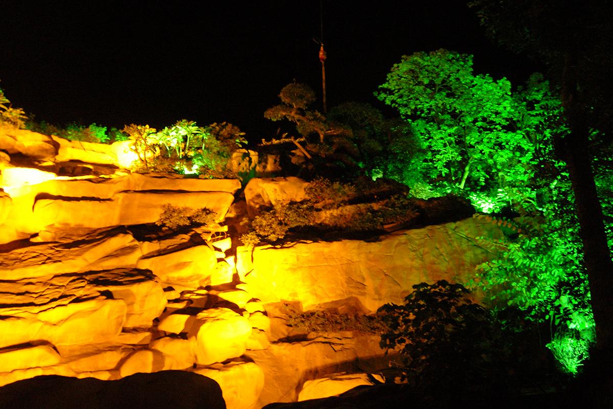 假山完工夜景图