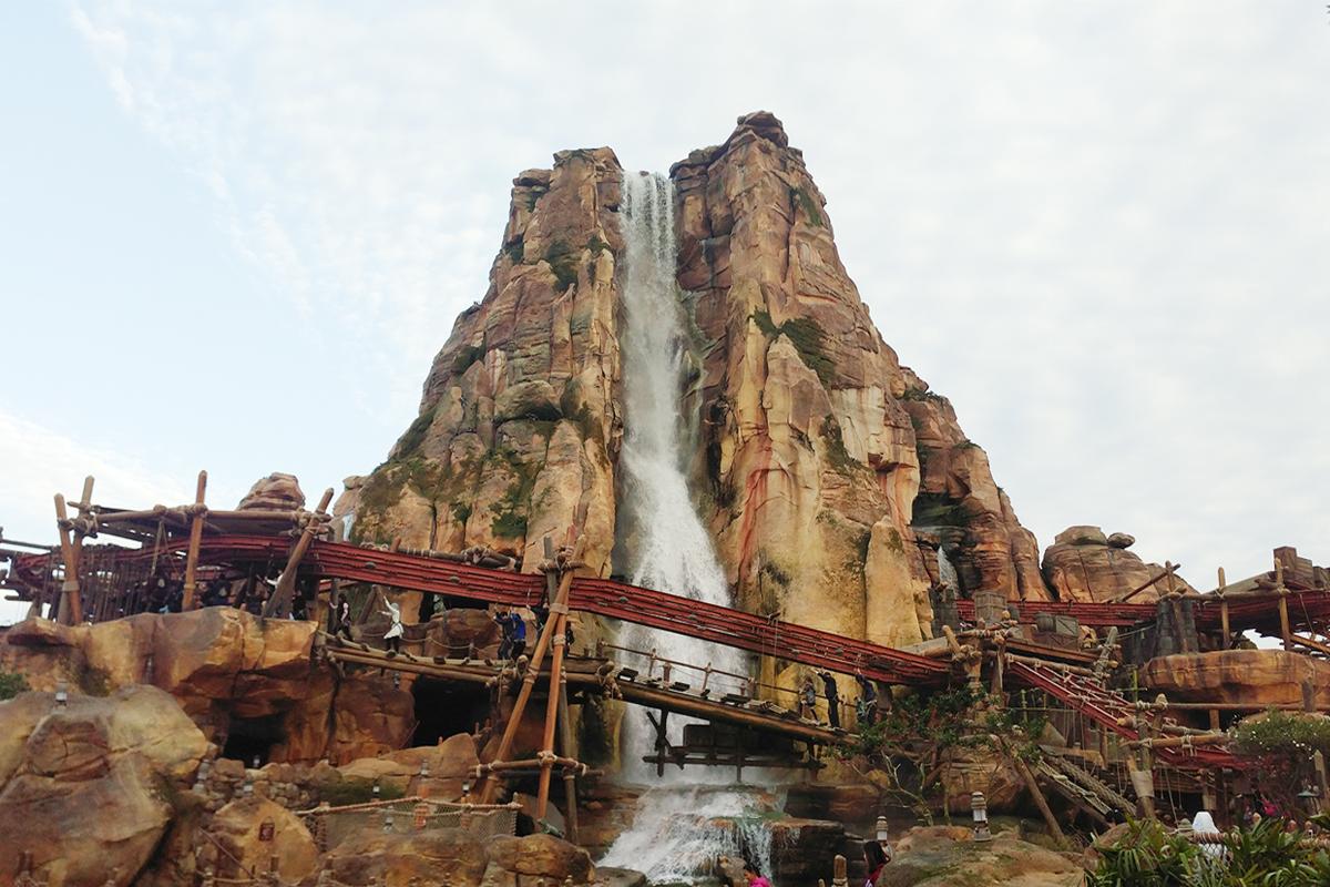 上海迪士尼探险岛雷鸣漂流假山