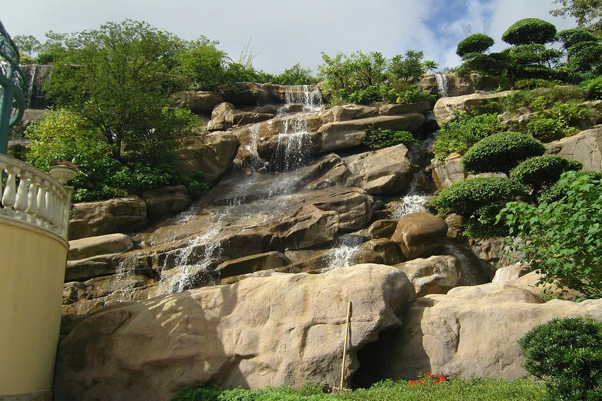 假山瀑布近照侧面图
